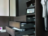 Tiroirs de rangement dans grande armoire dressing