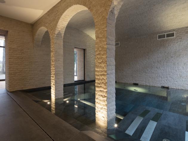 Une piscine intérieure