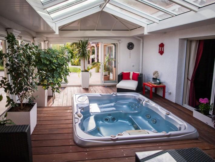 v randa toiture plate grandeur nature veranda avec jacuzzi id. Black Bedroom Furniture Sets. Home Design Ideas