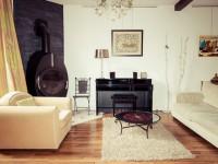 Vue d'ensemble du salon avec grand canapé et fauteuil