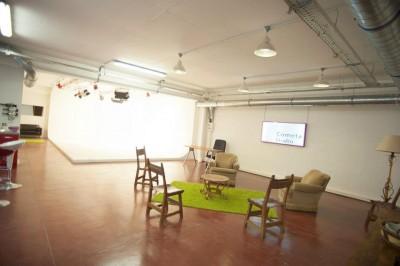 Vue d'ensemble du studio photo avec coin repos