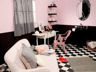 Vue de la coiffeuse, rideaux vichy noir et canapé rose
