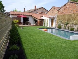 Vue de la maison, de son jardin et de sa terrasse