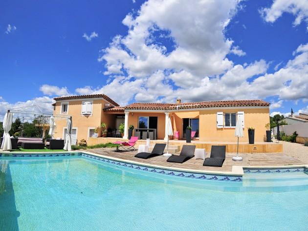 Vue panoramique de la maison, piscine et solarium
