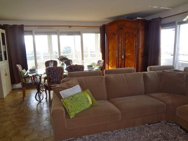 Vue sur le canapé et la salle à manger et l'armoire en bois massif