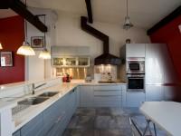 agencement d'une cuisine en L dans une finition graphite claire
