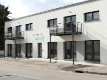 batiment moderne de travail vu de l'extérieur avec terrasse