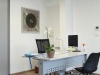 bureau de travail aménagé avec parquet en bois