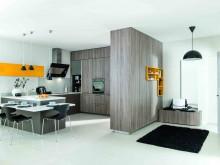 cuisine épurée et fonctionnelle avec touches de oranges
