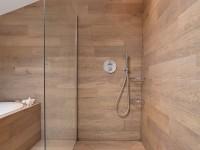 douche entièrement recouverte de planche en bois avec séparation en verre