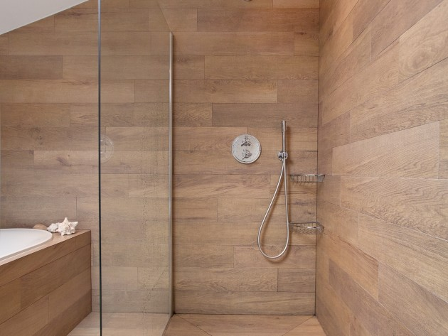 Douche Italienne En Bois : douche enti?rement recouverte de planche en bois avec s?paration en