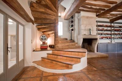 escalier en bois ancien et poutre plafond
