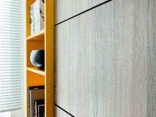 étagères oranges encastrées dans meuble de cuisine