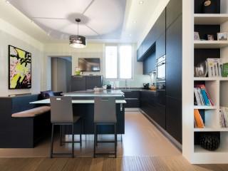 grande cuisine ouverte avec îlot