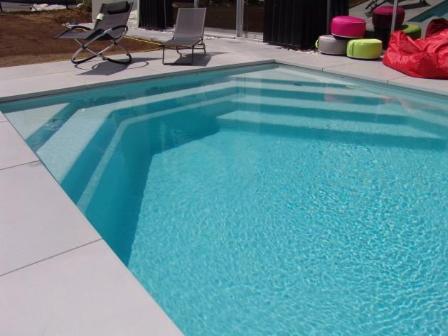 Piscines tendances piscine design id for Terrasse piscine grise