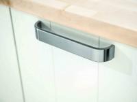placard de cuisine blanc avec poignée métallique