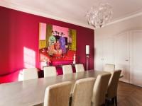 salle à manger colorée avec tableau asiatique