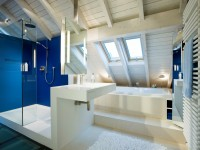 salle de bain en bois bleu electrique et blanc sous les combles