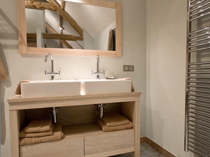 salle de bain simple et naturelle