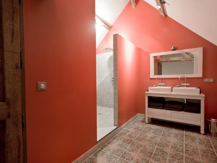 salle de rouge et blanche avec lavabo carré