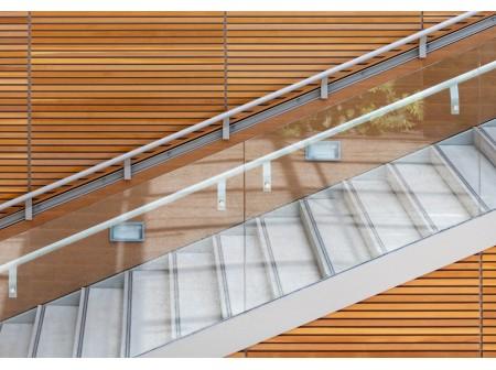 Pourquoi le garde-corps en verre est-il un élément incontournable dans la modernisation d'une maison ?