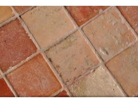 Pose de carreaux de céramique sur le sol