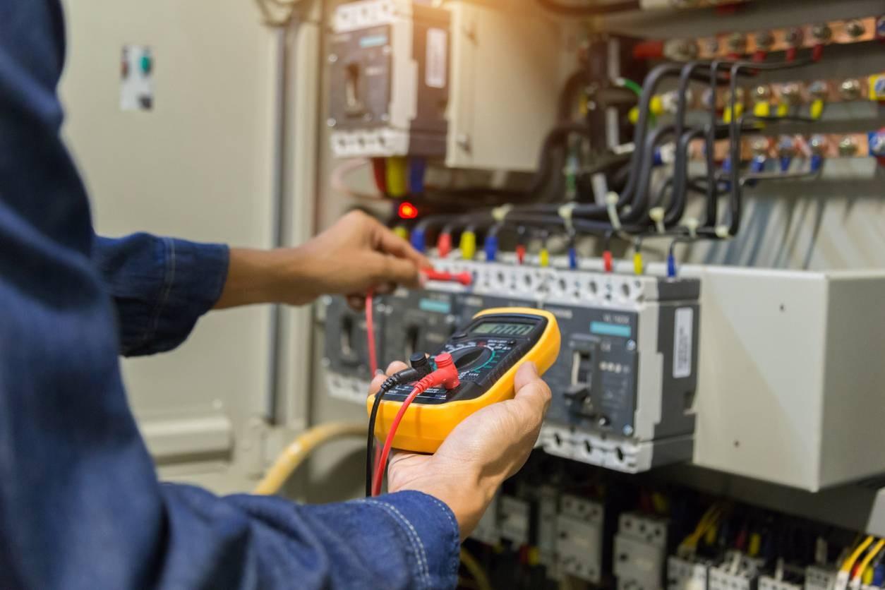 électricien réalisant un diagnostic électrique