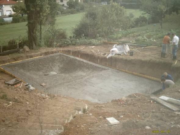 Piscine semi enterr e structure b ton for Construction piscine beton